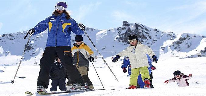Pour bien débuter en ski, il est avant tout important de bien s'équiper et de ne pas hésiter à prendre conseils auprès de moniteurs...