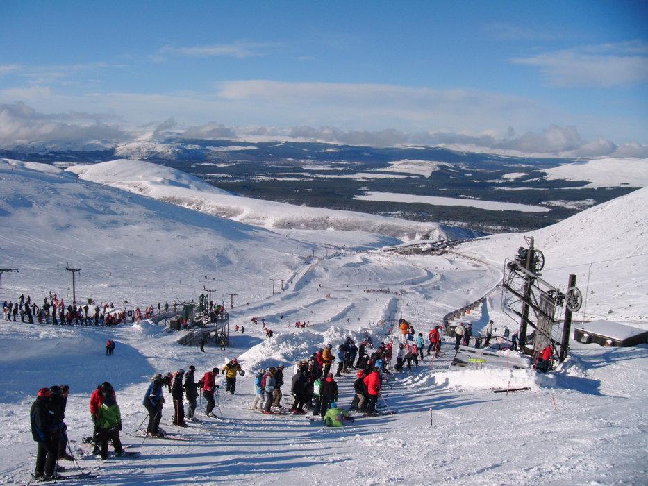 Rušný deň v Cairngorn, Škótsko s návštevníkmi zoradenými a pripravenými na jazdu - © Cairngorm Mountain