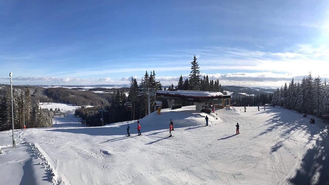Velmi dobré sněhové podmínky a azurová obloha v Kopřivné 17.1.2019 - © facebook Kopřivná Resort