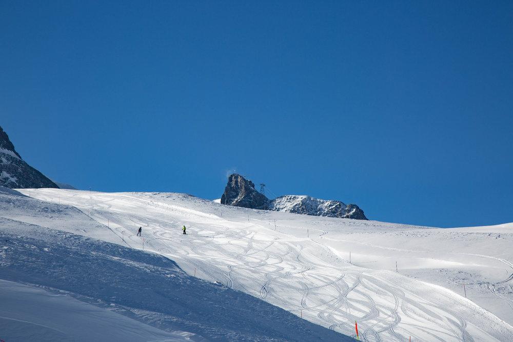 Perfekt präparierte Piste in Zermatt. Im Hintergrund das Klein Matterhorn. - © Skiinfo | Sebastian Lindemeyer