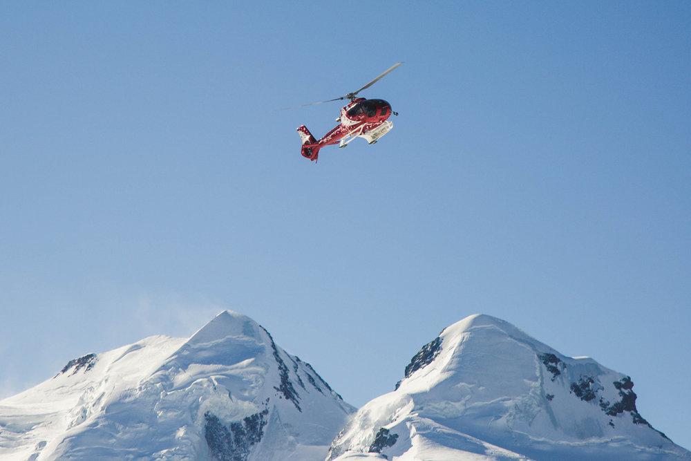Hubschrauber der Air Zermatt vor Castor und Pollux - © Skiinfo | Sebastian Lindemeyer