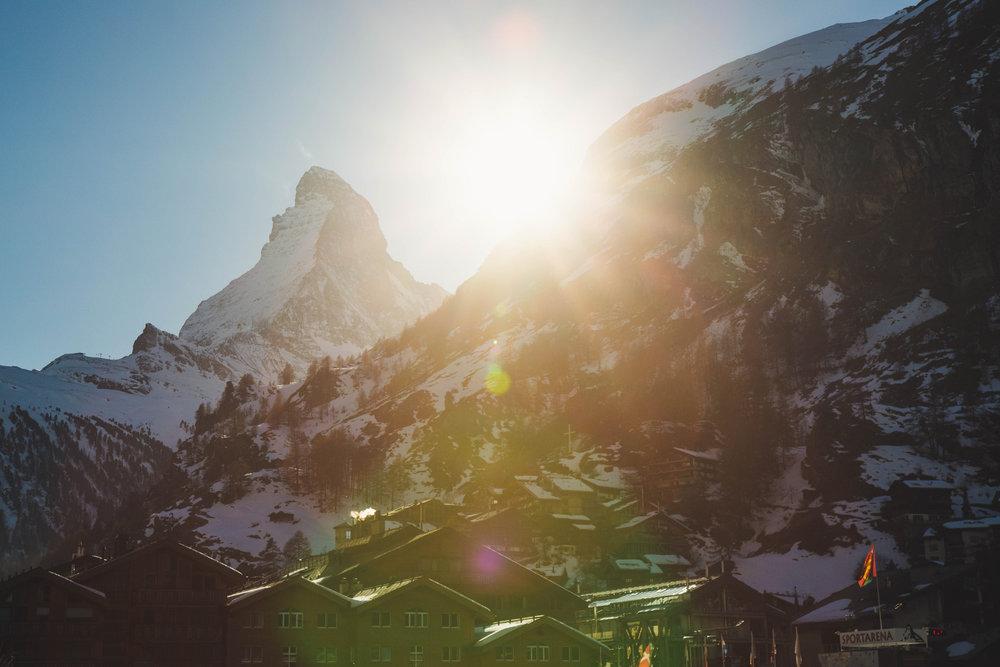 Popoludnie v Zermatte, slnko pomaly zapadá za kopec - © Skiinfo | Sebastian Lindemeyer