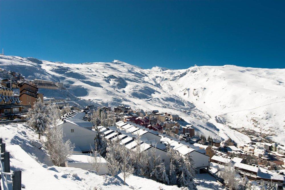 Vue sur Pradollano et une partie du vaste domaine skiable de Sierra Nevada - © Sierra Nevada