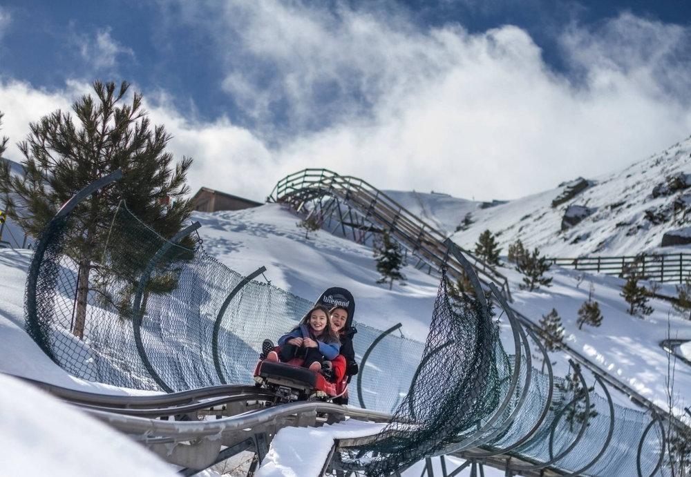 La station de ski de Sierra Nevada propose de multiples activités hors-ski dont une piste de luge sur rail. - © Cetursa / Sierra Nevada