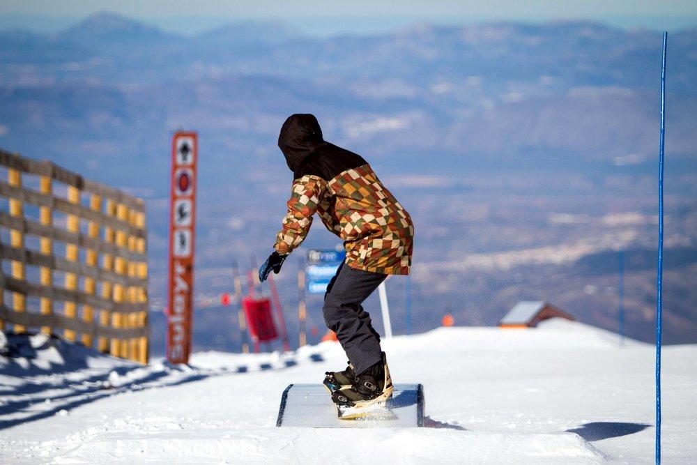 A l'assaut des 2,5 kilomètres et 70 modules du Sulayr, le snowpark de Sierra Nevada - © Cetursa / Sierra Nevada