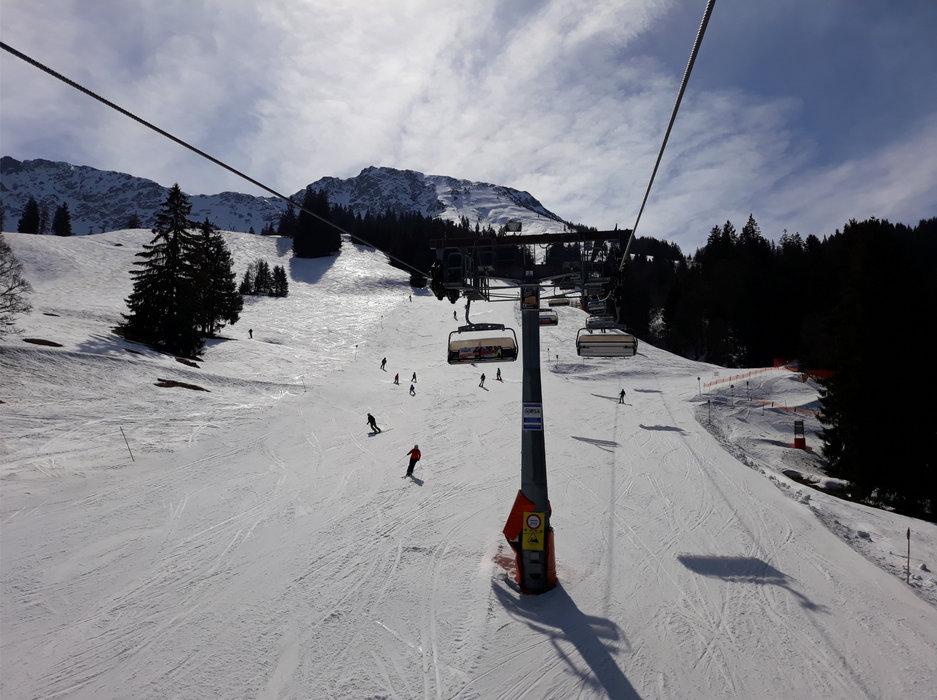 Die Saison wird im Skigebiet Oberjoch noch bis Ostern verlängert - © Bergbahnen Hindelang-Oberjoch AG