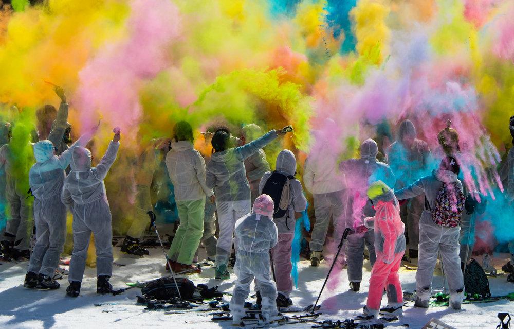 La Color'Ski, c'est l'événement coloré d'Orcières ! Ambiance festive et conviviale pour cette descente en ski où le défi sera de rejoindre le bas de la piste en bravant les obstacles et les jets de poudre colorée. - © G. Baron