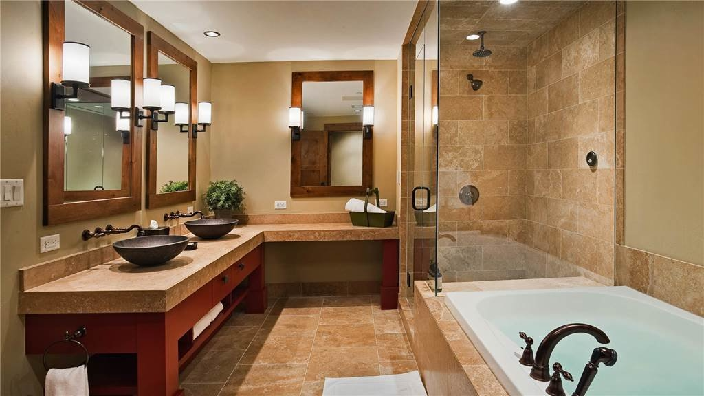 Be sure to carve out some time to decompress in the well-appointed Moving Mountains' master bathrooms.  - © Moving Mountains