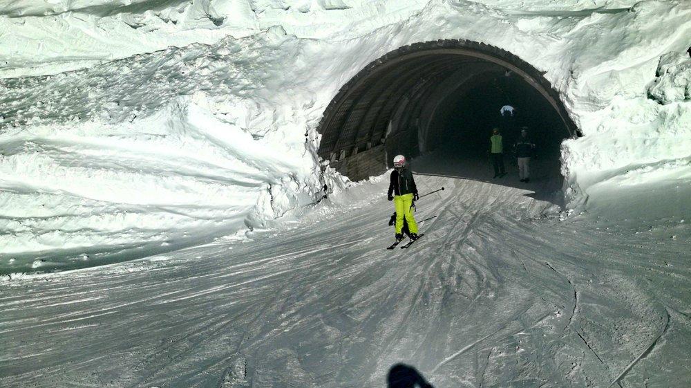 Tunel narciarski na lodowcach w Sölden - © Skiinfo