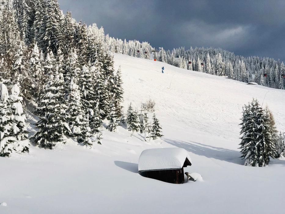 Tief verschneite Berge in der SkiWelt - © Anita Baumgartner