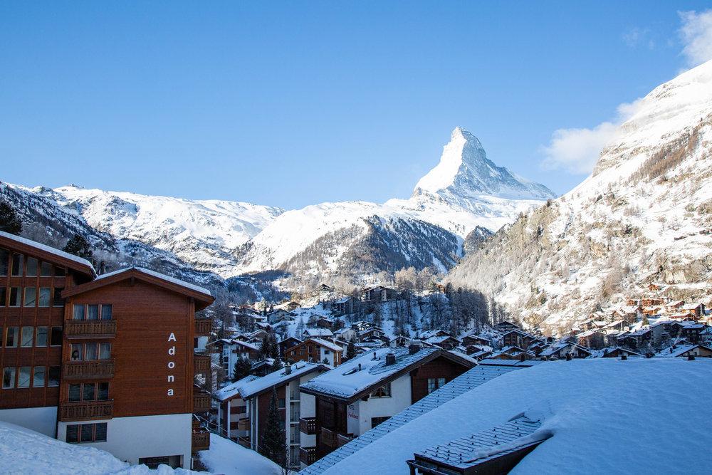 Z lanovky Gornergratbahn se otevírají nádherné výhledy přes Zermatt na majestátní Matterhorn - © Skiinfo | Sebastian Lindemeyer
