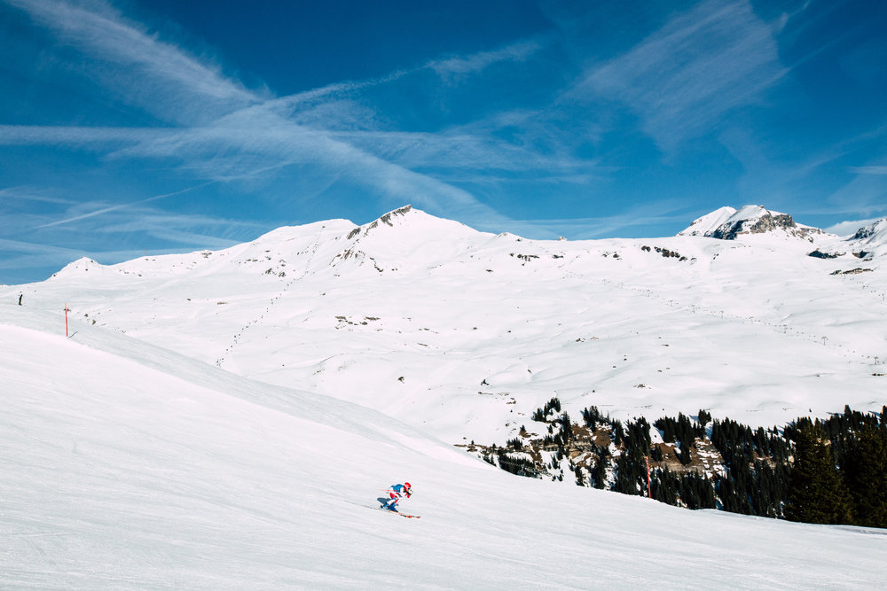 Schweizer Rennfahrer auf der Piste 66 nach Plaun. Im Hintergrund links die Gondel Siala, rechts der Sesselift zur Mutta Rodunda  - © Skiinfo | Sebastian Lindemeyer