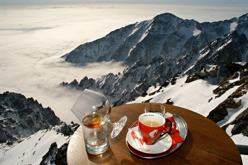 Pauzu na načerpanie novej energie si lyžiari v Tatranskej Lomnici môžu dopriať aj v Cafe Dedo - © TMR, a.s.
