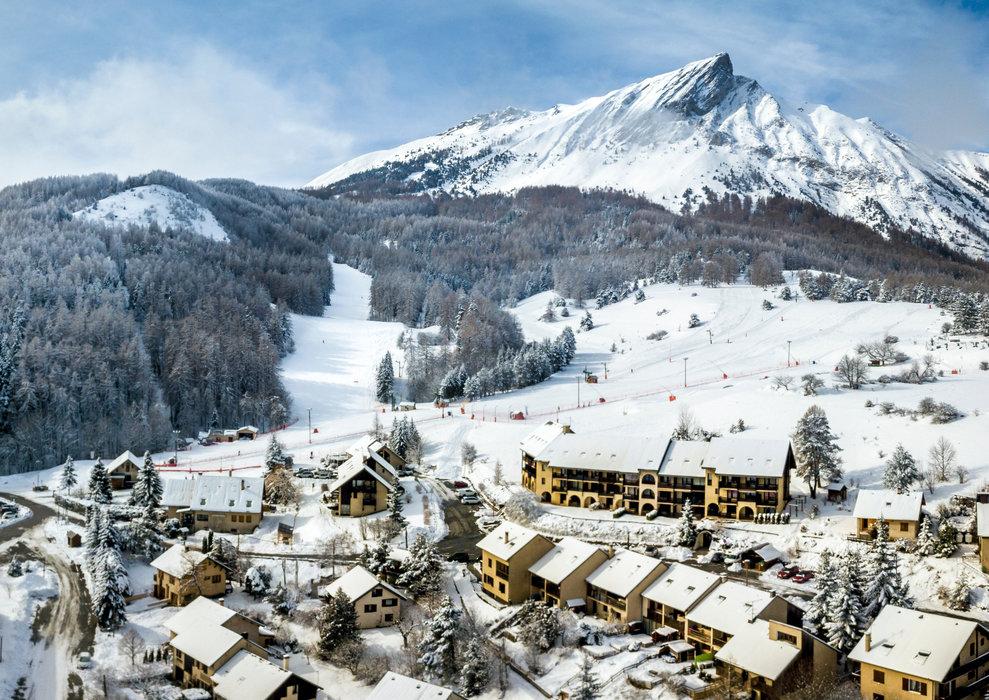 La station de Laye en Champsaur et son front de neige, au pied du Pic de l'Aiguille... - © G. Galvani