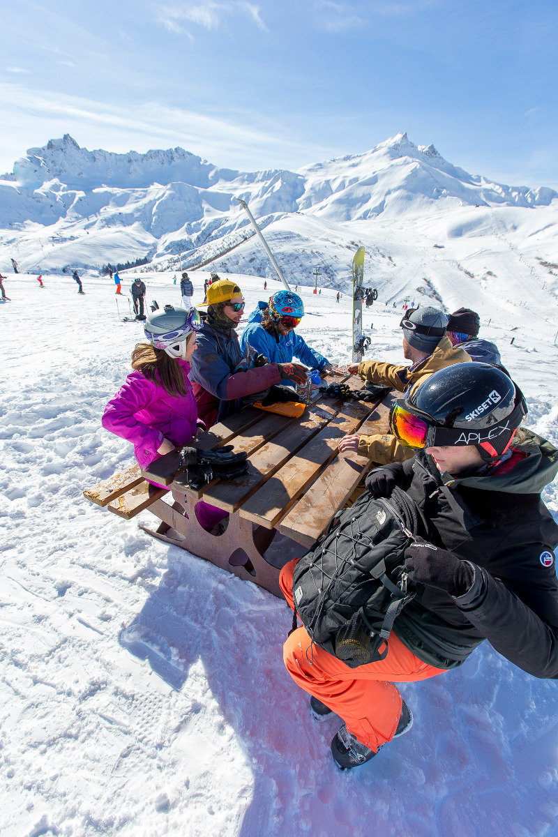Pause déjeuner en terrasse aux abords des pistes de ski de Valmorel - © Office de Tourisme de Valmorel