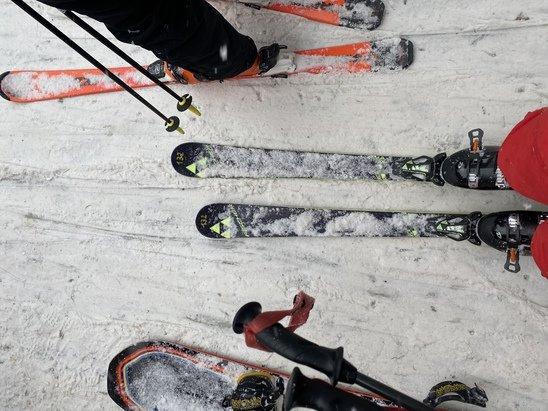 Campo Felice - Rocca di Cambio - 2 piste rosse aperte con neve buona le restanti blu di collegamento. Si scia tranquillamente nonostante la pochissima neve - © federico midei