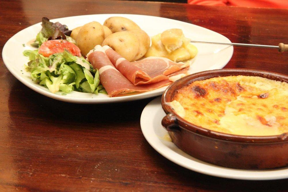 Avez-vous déjà dégusté une délicieuse fondue au Saint Nectaire ? Goûtez vite, vos papilles vous diront merci... - © Facebook Massif du Sancy