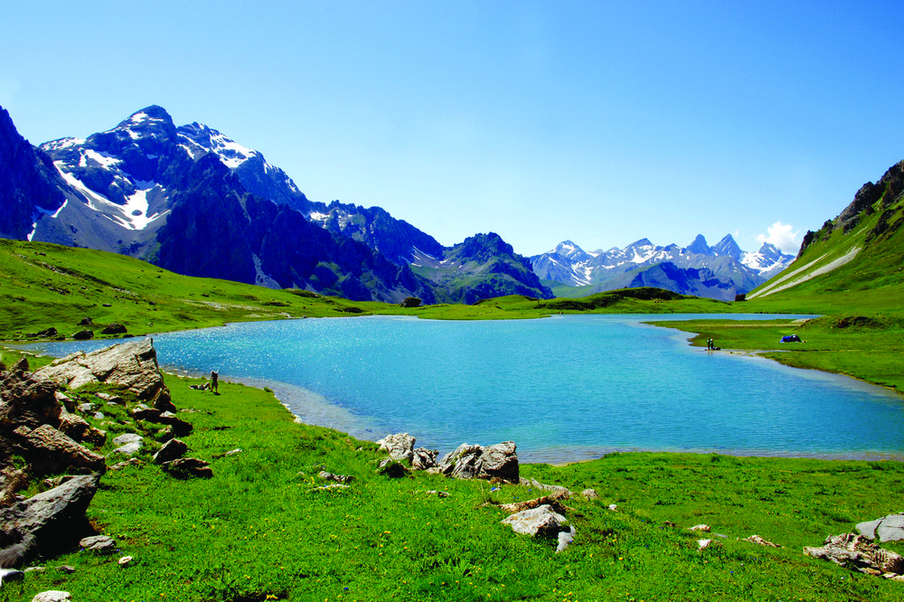 A l'image du Lac des Cerces (en Savoie, au dessus de Valloire), cet été la montagne constituera une destination privilégiée pour rafraîchir son corps et son esprit après une longue période de confinement... - © B. Grange / OT de Valloire
