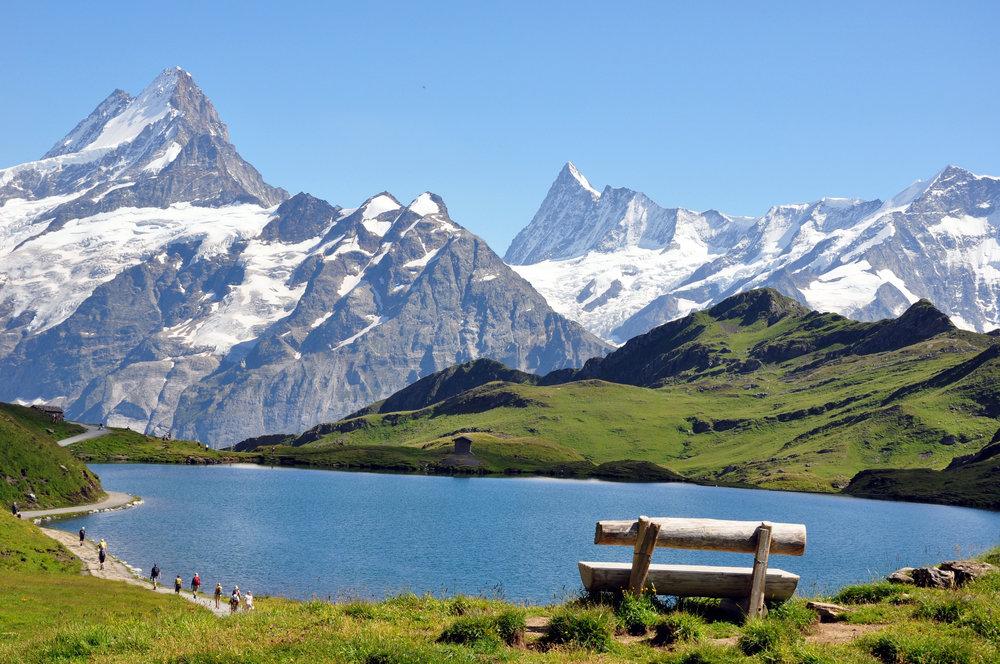 Le bonheur, parfois c'est aussi simple qu'une balade au bord d'un lac d'altitude, qu'une randonnée en famille à travers les alpages, qu'une baignade improvisée à proximité d'une cascade... Cet été, plus que jamais la montagne sera le théâtre de belles (re)découvertes... - © EF-EL - Fotolia.com