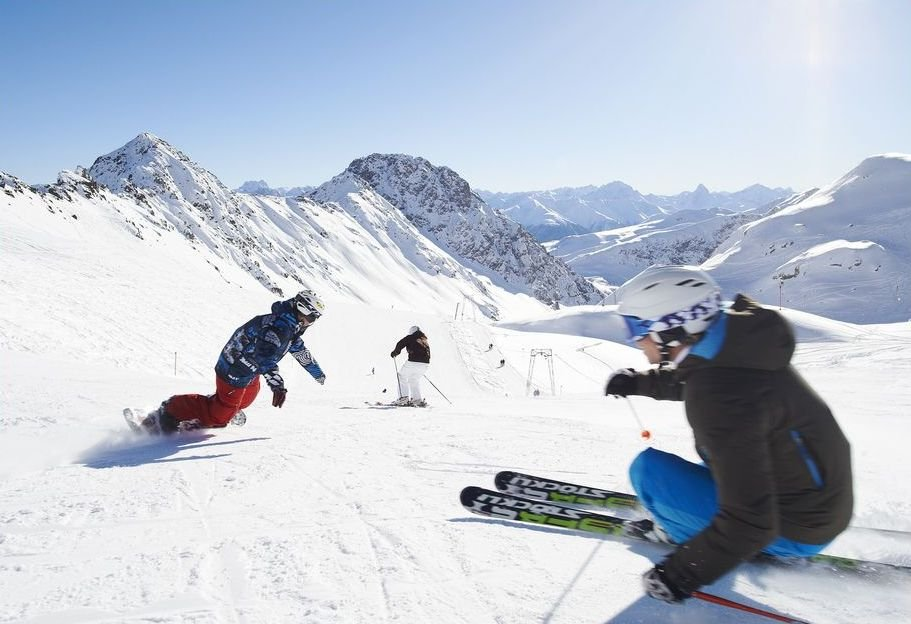 Carving up the slopes in Davos Klosters - © Destination Davos / Klosters