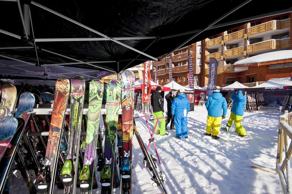 Pour aboutir à un test concluant, n'hésitez pas a essayer plusieurs paires de skis - © C.Cattin  - OT Val Thorens