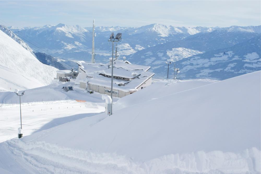 Die Seegrube – hier befindet sich ein Skiverleih, die Bergstation der Seegrubenbahn, die Talstation der Hafelekarbahn und das zentrale Bergrestaurant - © Gernot Schweigkofler