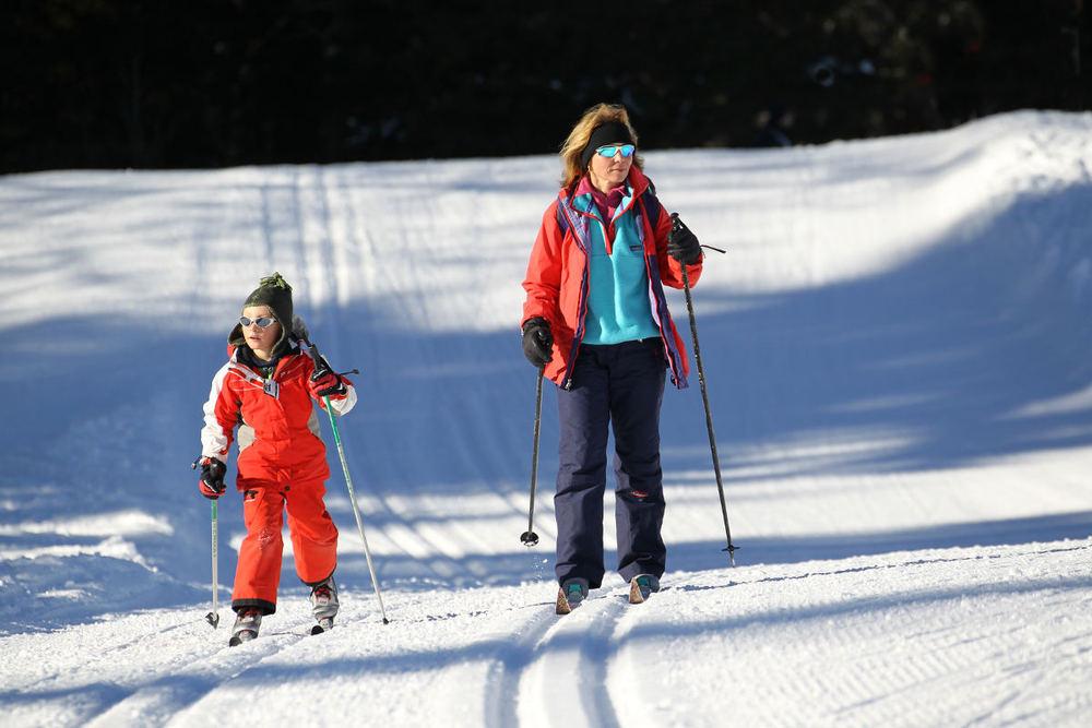 En famille, au soleil, sur les pistes de La Vattay. - © Maison du Tourisme Monts Jura