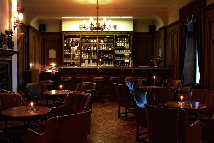 Order a gin fizz at the bar at Hotel Bellevue des Alps, Engelberg - © Scheidegg Hotels