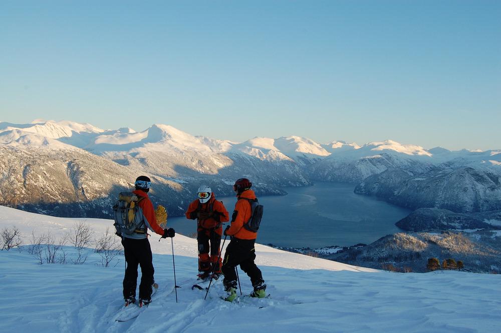 Skifahrer genießen den Blick auf den Fjord in Stranda  - © Egil Holshagen