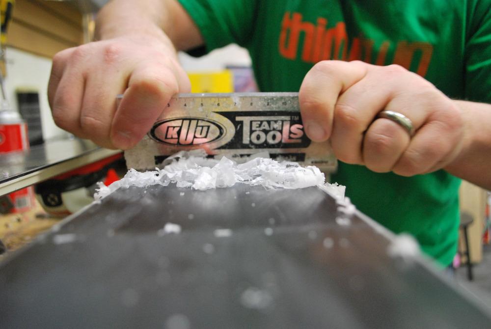 Le raclage, l'opération qui consiste à retirer le superflu de fart précédement déposé de façon uniforme sur l'ensemble de la semelle de vos skis