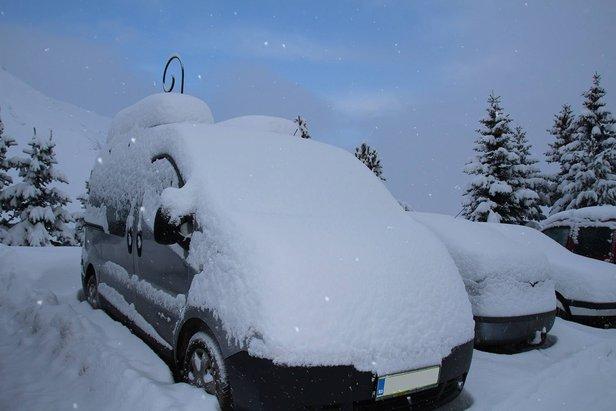 Auto bedolven onder de sneeuw in Les Menuires op 14 januari 2014