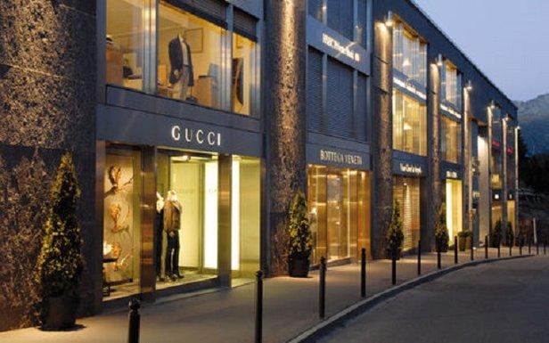 Designer shopping on Via Serlas, St. Moritz  - © Engadin-St. Moritz