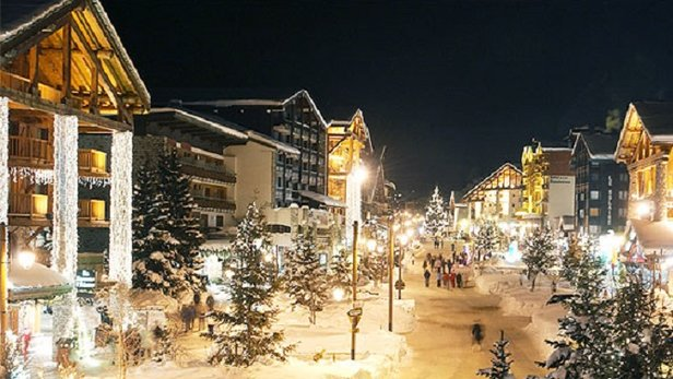 Listen to the live music and guzzle the vin chaud and hot chocolate in Val d'Isere's pretty setting