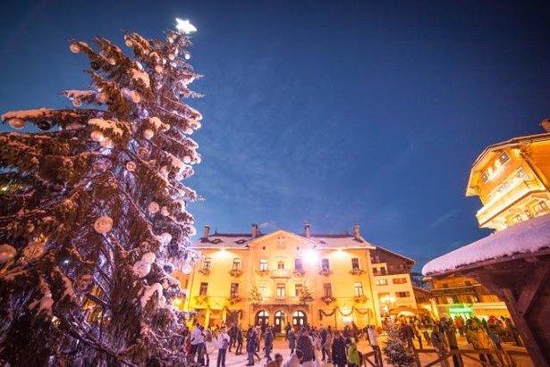 Obrovský vianočný strom vo francúzskom Megeve