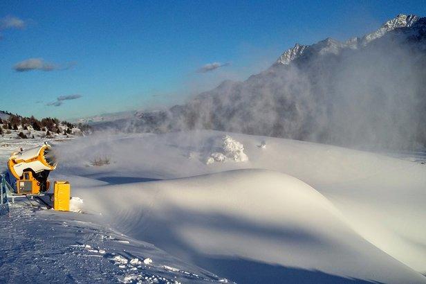 Tonale - niskie temperatury pozwalają naśnieżać trasy  - © Tomasz Wojciechowski