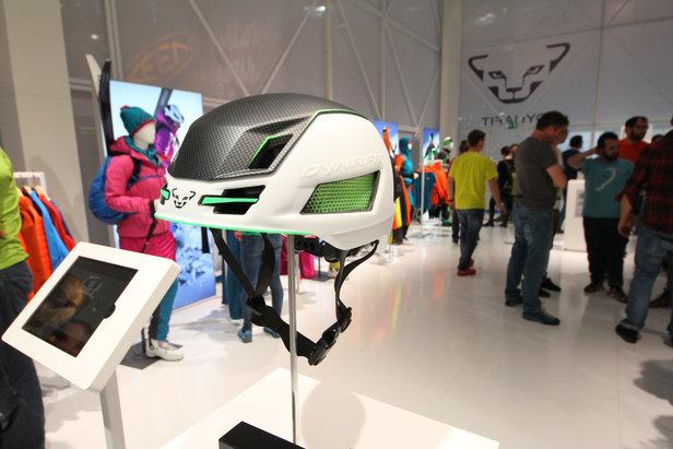 Neuer Skitourenhelm am Stand von Dynafit auf der ISPO