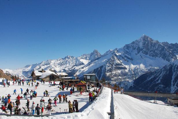Ski sur le domaine du Brévent‐Flégère , face au panorama grandiose sur la chaine du Mont‐Blanc et la Mer de Glace