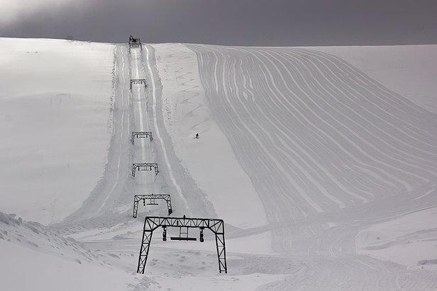 Upravené široké svahy, niekoľko metrov snehu a skvelá lyžiarska zábava na ľadovci Fonna môže začať.  - © Ole Vidar Søviknes