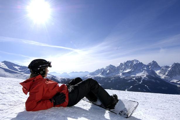 Snowboarder relaxt in der Sonne