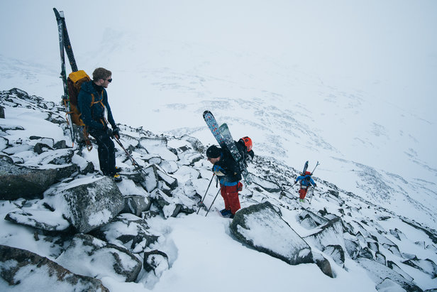 Siste del av Hestdalen er bratt, men lite snø gjorde at uren ble eksponert og ga ekstra feste til beina i forhold til den isete skaren. Selv med mye snø så hjelper det ujevne underlaget å holde på snøen, men man må ta gode forholdsregler og vurdere snøforhold.   - © Tor Berge - Norexplore