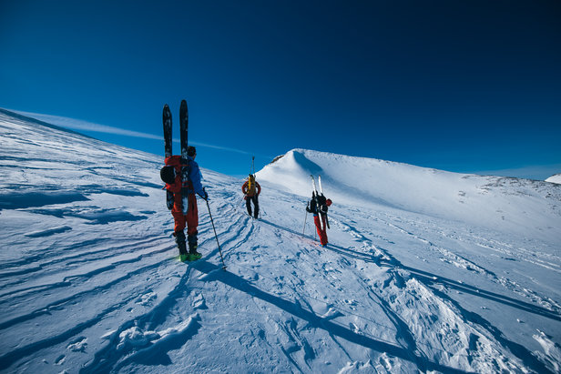 På vei opp på første topp som er Keilhaulstoppen. Først når man kommer opp dit kan man se Galdhøpiggen.   - © Tor Berge - Norexplore