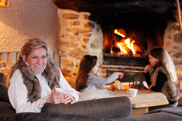 Un feu de cheminée, une boisson chaude... Quel plaisir de se prélacer et de se faire servir après une bonne journée de ski...