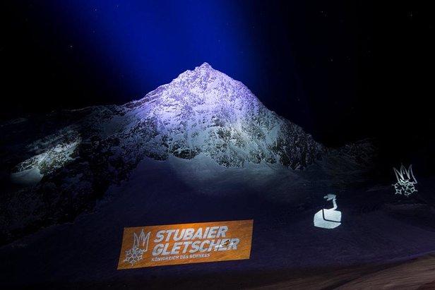 Z okazji otwarcia gondoli Eisgratbahn górujący nad jej górną stacją szczyt Schaufelspitze został widowiskowo oświetlony   - © Stubaier Gletscher