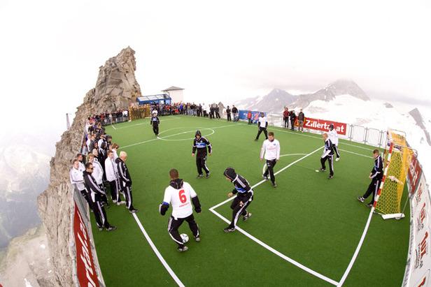 Fotball på 3250m ved Hintertux Sommerski i Østerrike
