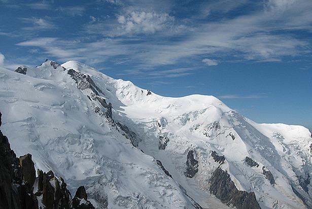 Weißer Berg liegt unter vier Metern Schnee