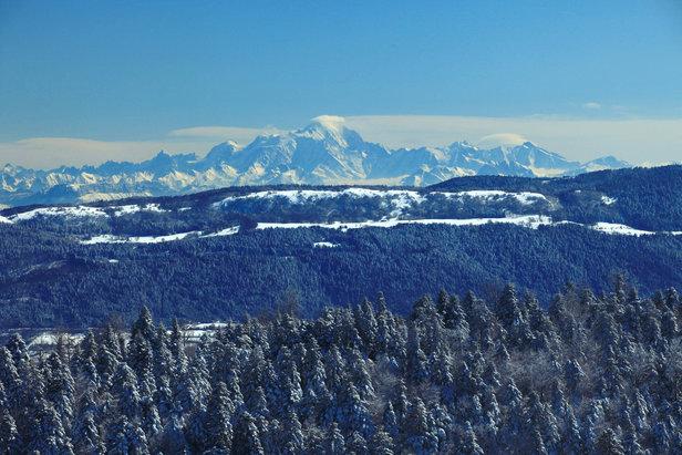 Skier face au Mont Blanc dans les Montagnes du Jura- ©Montagnes du Jura