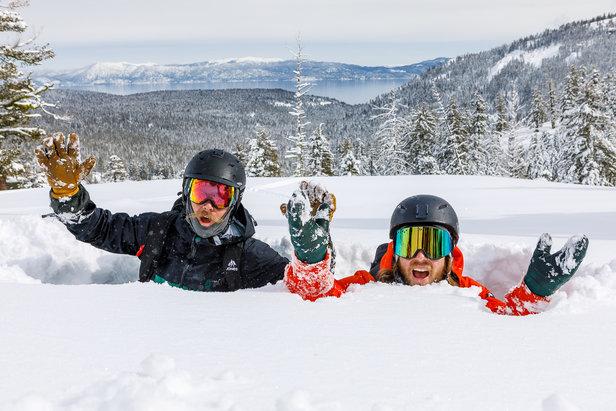 Diese beiden Herren erfreuen sich zwar über den Tiefschnee in Squaw Valley (USA), aber Mitte März hat es auch in Europa kräftigst geschneit