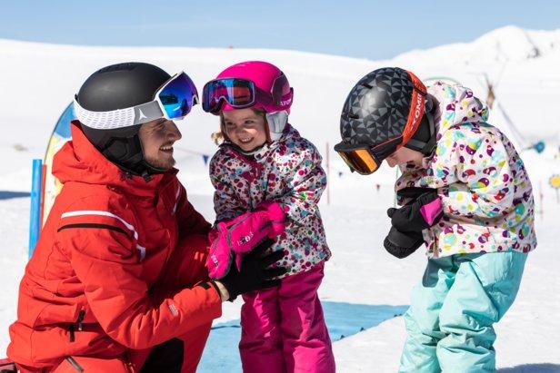 La maggior parte dei bambini indossa gli sci per la prima volta a 3-4 anni