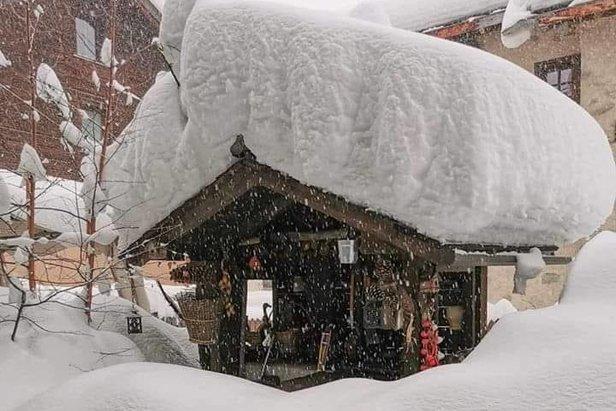 Einige Alpenregionen kämpfen weiter mit enormen Niederschlagsmengen, Lawinen und Überschwemmungenfacebook | Livigno