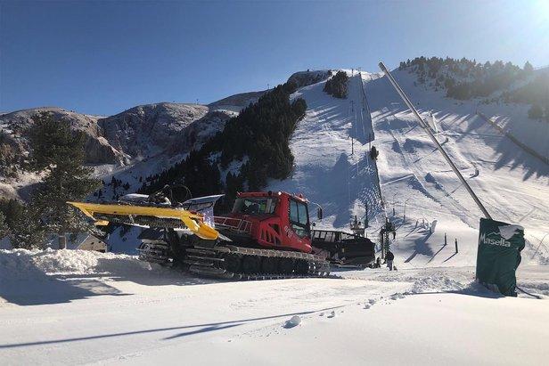 De la neige, du froid... Il n'en fallait pas plus pour que plusieurs stations des Pyrénées anticipent l'ouverture de leur domaine skiable...
